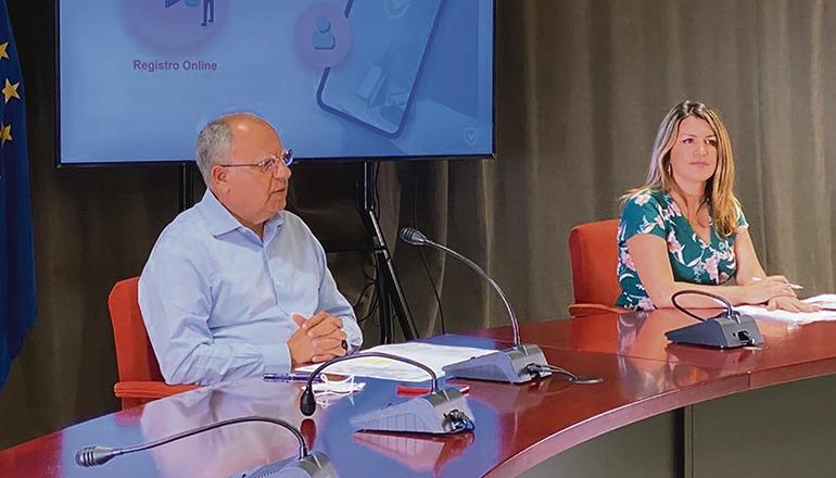 Casimiro Curbelo stellte die Anwendungssoftware zusammen mit der Leiterin des Insel-Tourismusamtes, María Isabel Méndez vor. Foto: Cabildo Gomera