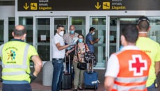 Die Fluggäste wurden bei der Ankunft über die Quarantänemaßnahmen informiert, die für sie aufgrund des Vorfalls festgelegt wurden. Foto: EFE