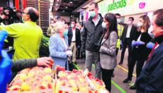 König Felipe und Königin Letizia bei ihrem Überraschungsbesuch im Großmarkt in Madrid. Foto: EFE