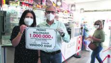 """Auch auf dem spanischen Festland haben die Lotterieannahmestellen wieder geöffnet. In Granada wurde das Hauptgewinnlos der ersten Ziehung von """"El millón"""", die seit der Ausrufung des Alarmzustandes durchgeführt wurde, verkauft. Stolz weisen die Betreiber der betreffenden Filiale mit einem Schild darauf hin. Foto: EFE"""
