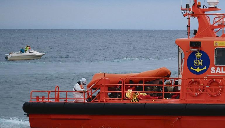 """Der Rettungskreuzer """"Salvamar Mizar"""" brachte die 39 Insassen der Patera im Hafen von Gran Tarajal auf Fuerteventura an Land. Foto: EFE"""