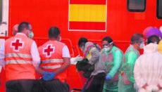 Mitarbeiter des Roten Kreuzes übernahmen im Hafen von Los Cristianos die Erstbetreuung der Bootsflüchtlinge. Foto: EFE