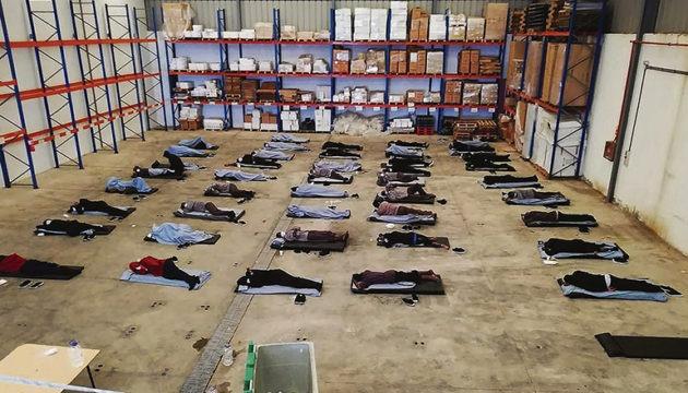 72 Migranten, die am 26. Mai auf Gran Canaria angekommen waren, verbrachten drei der 14 vorgeschriebenen Quarantänetage in einer Lagerhalle.  Foto:EFE