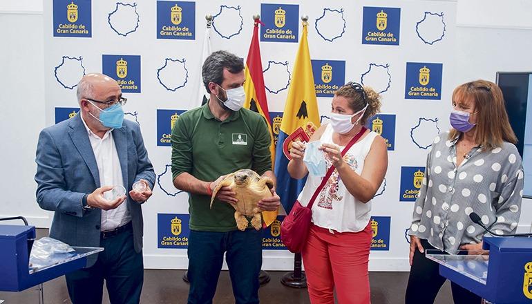 Gran Canarias Cabildo-Präsident Antonio Morales nahm zusammen mit dem Leiter des Zentrums für Wildtiere und der Umweltbeauftragten Stellung zu dem neuen Umweltproblem. Foto: Cabildo de Gran Canaria