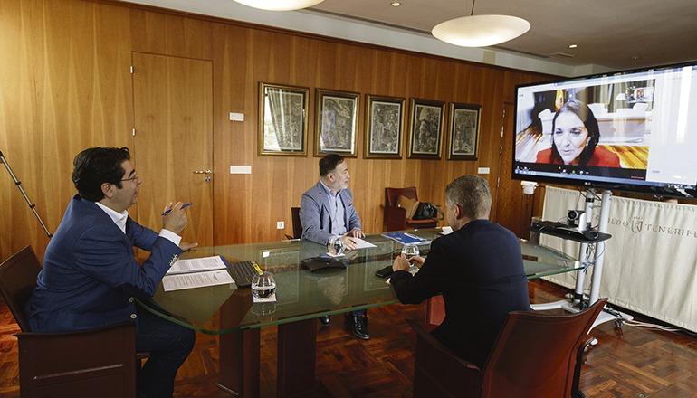 Teneriffas Cabildo-Präsident Pedro Martín (l.) und die Vertreter des Tourismusressorts im Gespräch mit Tourismusministerin Reyes Maroto. Foto: cabildo de tenerife