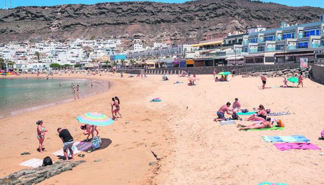 Der Strand von Mogán im Süden von Gran Canaria am ersten Tag, an dem das Baden wieder erlaubt war Foto: EFE