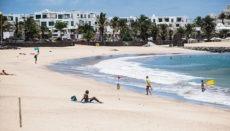 Playa de las Cucharas in Costa Teguise ist einer der kanarischen Strände, die sich mit der Blauen Flagge 2020 schmücken dürfen. Foto: EFE