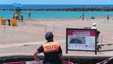 Zivilschutzmitarbeiter wachen am Strand Las Vistas in Arona darüber, dass der Sicherheitsabstand eingehalten wird. Foto: EFe
