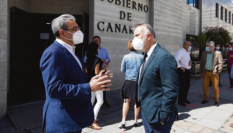 Der kanarische Finanzminister Román Rodríguez (li.) mit Präsident Víctor Ángel Torres vor dem Sitz der kanarischen Regionalregierung auf Gran Canaria Foto: EFE