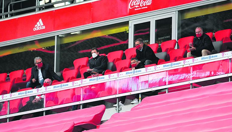 Karl-Heinz Rummenigge (r.) beim Bundesligaspiel von Bayern München gegen Eintracht Frankfurt am 23. Mai in München Foto:EFE