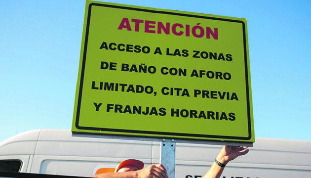 An der Küste von El Rosario (hier am Strand La Nea) weisen Schilder darauf hin, dass der Zugang zu den Badezonen eingeschränkt und nur mit Termin möglich ist. Foto: EFE