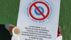 Eine Hinweiskarte in einer Zigarettenschachtel weist auf das Verbot von Aromastoffen hin, das am 20. Mai 2020 in Kraft getreten ist. Foto: Fritjof Harms