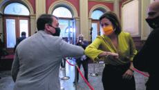 Evelyn Alonso grüßt José Manuel Bermúdez unmittelbar vor ihrer Vereidigung als neue Stadträtin. Foto: EFE