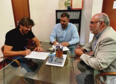 Jorge Marichal (l.) setzte in Anwesenheit des Notars und des Rechtsberaters von Ashotel seine Unterschrift unter das Gründungsdokument der S.L. Foto: Ashotel