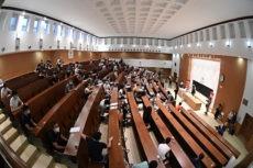 Angehende Studenten warten im Audimax der Fakultät für Physik der Universität Complutense in Madrid auf den Beginn der Zulassungsprüfung. Foto: EFE