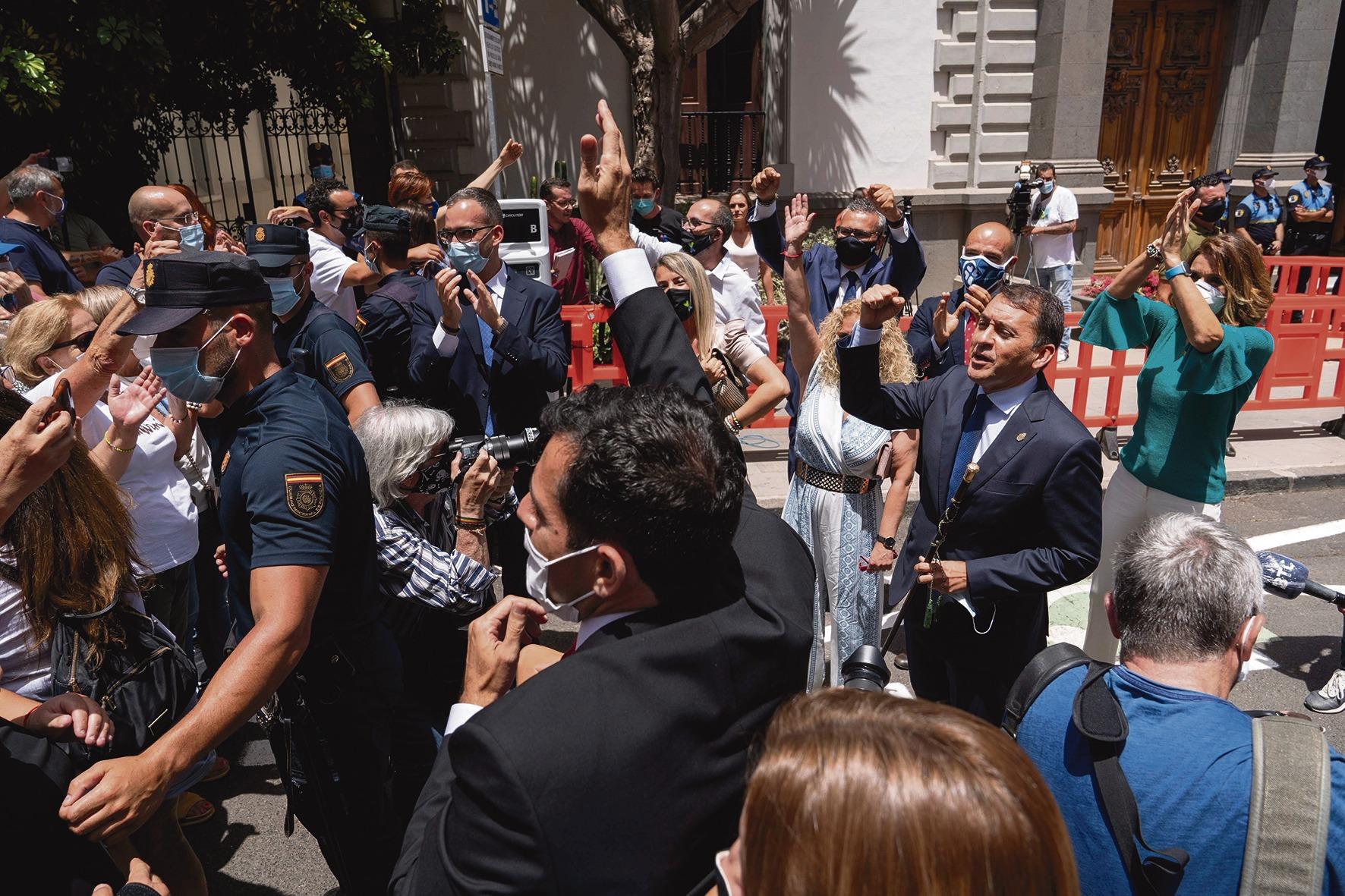 Der neue alte Bürgermeister lässt sich vor dem Rathaus von Sympathisanten feiern. Foto: efe