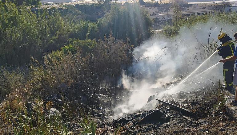 Die Feuerwehr löscht einen kleinen Brandherd im Gelände. Foto: CabGC