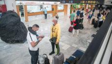 Passagiere am Flughafen Lanzarote Foto: EFE