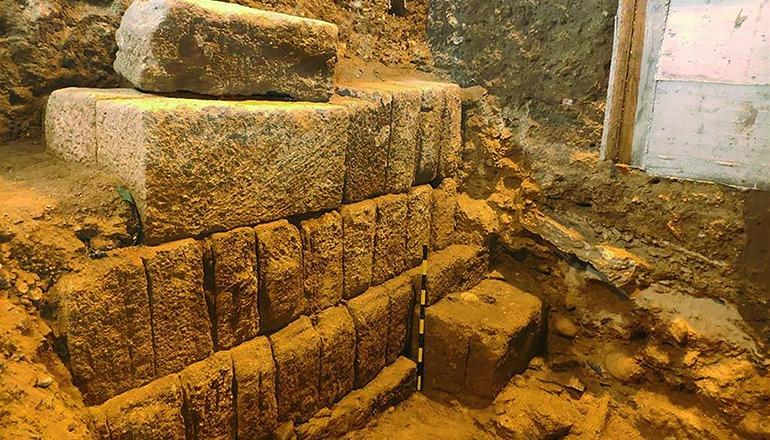 Die Quadersteine sind Teil einer der drei Molen des Hafens von Gadir. Foto: EFE