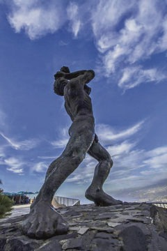 """Der Guanchenkönig Bentor, Sohn des in der Schlacht von La Laguna ums Leben gekommenen """"großen Königs"""" Bencomo, erlangte traurige Berühmtheit, weil er sich nach der verlorenen Schlacht von La Victoria in der Schlucht von Tigaiga in den Tod stürzte, bevor ihn die spanischen Truppen gefangen nehmen konnten. Heute steht an dem Aussichtspunkt El Lance eine Statue, die an den tapferen König erinnert. Foto: Moisés Pérez"""