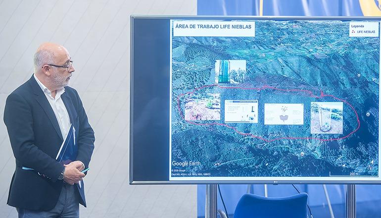 Cabildo-Präsident Antonio Morales vor einer Karte, welche die Abmessungen des Gebietes zeigt, in dem das Projekt LIFE Nieblas umgesetzt wird. Fotos: CABGC