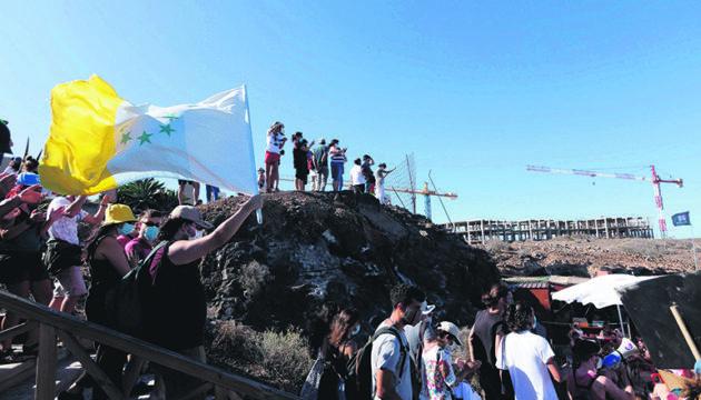 Demonstration am Strand. Im Hintergrund sind die Baukräne zu sehen. Fotos: EFE