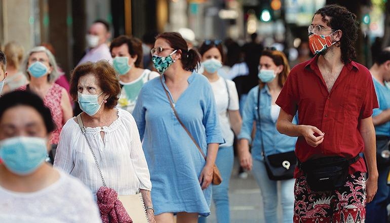 Wo der Sicherheitsabstand nicht eingehalten werden kann, gilt weiterhin eine Maskenpflicht. Foto: efe
