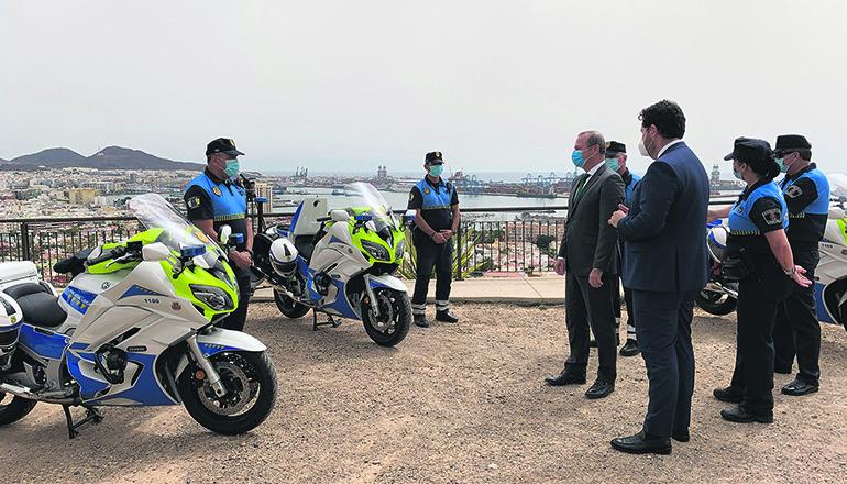 Bürgermeister Augusto Hidalgo hatte zusammen mit der Chefin der Policía Local und dem Stadtrat für Sicherheit Gelegenheit, die neuen Maschinen zu begutachten. Foto: Ayuntamiento de Las Palmas de Gran Canaria