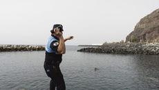 """In San Andrés wurde eine Rettungsaktion mit """"OneUp"""" simuliert. Der Polizist wirft dem Ertrinkenden den Rettungsring zu, der sich in Sekundenschnelle aufbläst. Foto: ayto santa cruz"""