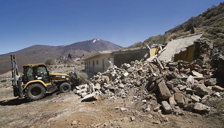 Bevor der Bagger mit dem Abriss der Mauern begann, wurde zunächst das astbesthaltige Dach fachgerecht abgetragen. Foto: Cabildo de Tenerife