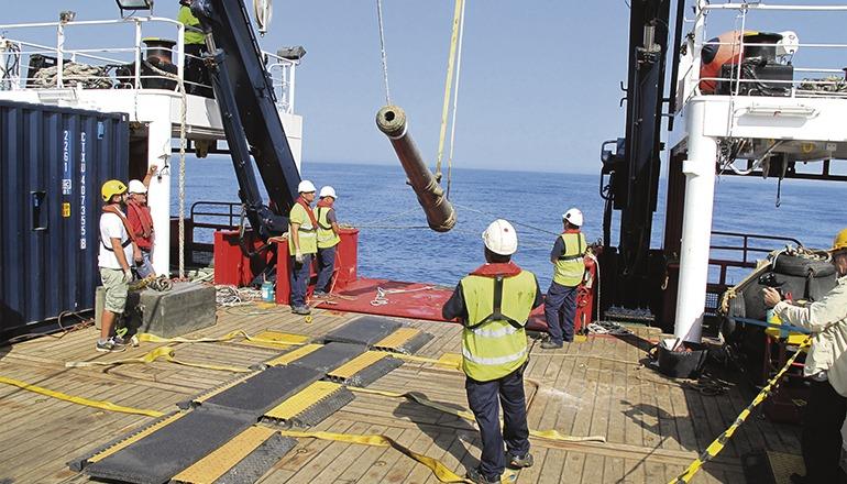Eine Kanone aus dem Schiffswrack wird an Bord gehievt. Foto: efe