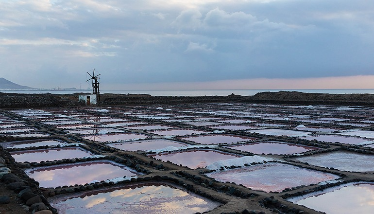"""Seit Jahrhunderten wird auf den Inseln in den """"Salinas"""" – hier Tenefé – Salz gewonnen. Foto: Cabildo de Gran Canaria"""