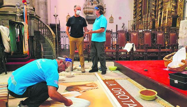 La Orotavas Bürgermeister Francisco Linares besuchte die Kirche während die Sandkünstler bei der Arbeit waren. Foto: Ayuntamiento de La ORotava
