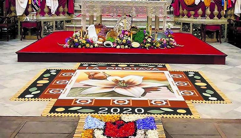 Mit einem knapp zwanzig Quadratmeter großen Sandbild (Detail rechts oben) und einem kleinen Blütenteppich im Inneren der Kirche La Concepción wurde die Tradition auch 2020 aufrechterhalten. Üblicherweise ist das Sandbild auf dem Rathausplatz mehr als 900 Quadratmeter groß. Foto: Ayuntamiento de La ORotava