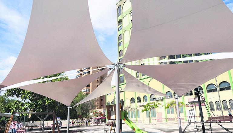 Wie eine große Blüte sind die Sonnensegel über den Spielplatz gespannt. Vizebürgermeisterin Matilde Zambudio wies darauf hin, dass auch Wert auf das Design gelegt wurde. Foto: Ayuntamiento de Santa Cruz der Tenerife
