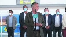 Der Präsident der Kanarenregierung, Ángel Víctor Torres, empfing am Flughafen von Fuerteventura die ersten Urlauber. Foto: GobCan