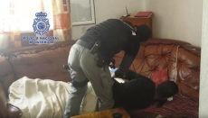 Ein Mitglied eines polizeilichen Einsatzkommandos bei der Festnahme eines der 28 Verdächtigen Foto: Policia Nacional