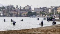 Mar Menor ist die größte Salzwasserlagune Europas. Im Oktober 2019 kam es infolge starker Regenfälle, durch die nitrathaltiges Wasser in die Lagune floss, zu einem Massensterben von Fischen. Foto: EFe