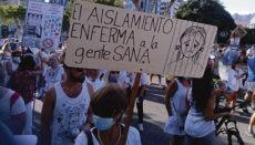 Am Sonntagabend, dem 16. August, demonstrierten Gegner der Corona-Maßnahmen auf der Plaza de España in Santa Cruz. Sie protestierten gegen die Beschränkung ihrer Rechte und Freiheiten. Foto: WB