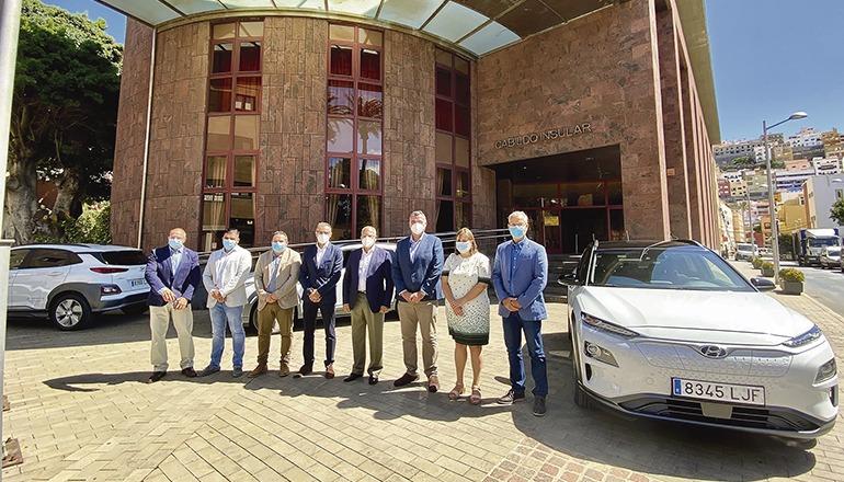 Die neuen Fahrezeuge wurden von Mitgliedern des Inselrats vorgestellt. Foto: cabildo de la gomera