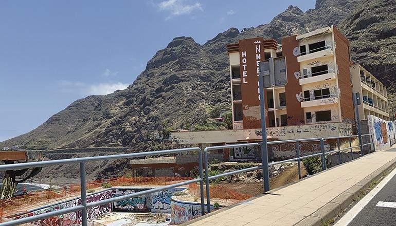 Von dem ehemaligen Hotel, dessen Glanzzeiten mehr als 50 Jahre zurückliegen, ist heute nur noch eine Ruine übrig geblieben, die als Schandfleck an der Straße von Bajamar nach Punta del Hidalgo dem Verfall ausgeliefert ist. Foto: WB