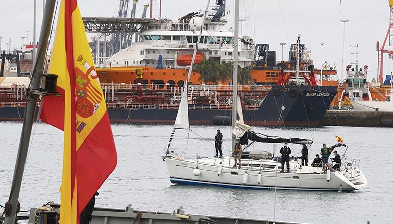 """Der Segler """"Nergha"""" wurde auf hoher See abgefangen und in die Marinebasis auf Gran Canaria gebracht. Foto: EFE"""