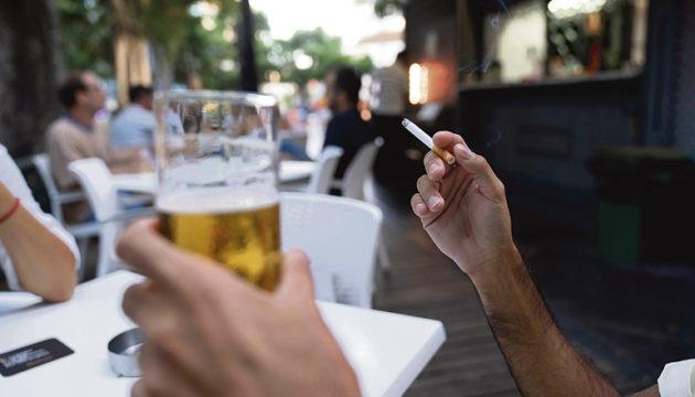 Das Rauchen auf der Straße und auf Terrassen ist nur erlaubt, wenn ein Sicherheitsabstand von mindestens zwei Metern eingehalten werden kann. In vielen Lokalen mit Außenbereich wurden die Aschenbecher von den Tischen entfernt. Foto: EFe