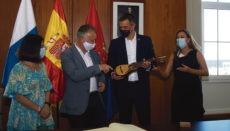 Präsent für den Präsidenten: Pedro Sánchez bekam von Ángel Víctor Torres eine Timple überreicht. Foto: efe