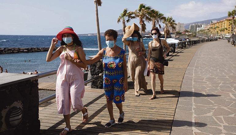 Auch bei Strandspaziergängen ist das Tragen einer Mund-Nasen-Bedeckung jetzt Pflicht. Die Maske darf nur zum Schwimmen und zum Sonnenbaden abgenommen werden. Foto: EFE