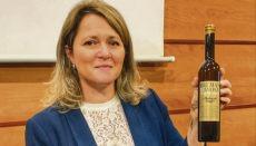Die Leiterin des kanarischen Landwirtschaftsressorts, Alicia Vanoostende, mit dem preisgekröten Malvasier Foto: gobierno de canarias