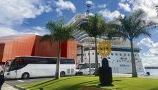 """Die AIDAnova mit Platz für 5.200 Passagiere wartet seit rund sechs Monaten im Hafen von Santa Cruz darauf, dass es wieder heißt: """"Leinen los"""". Foto: WB"""