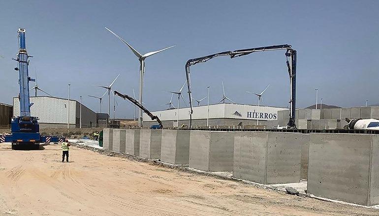 Die Betonwürfel werden nach und nach in den Hafen gebracht, um den Wellenbrecher damit zu bestücken. Foto: puertos de tenerife
