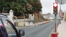 Das Amt für Stadtplanung in Los Realejos weist das Cabildo auf die unmittelbare Einsturzgefahr der Mauer an der TF-333 hin und fordert die Genehmigung für die Eigentümer, das auf der gesperrten Fahrbahn angehäufte Baumaterial zu entfernen und Maßnahmen zu ergreifen.
