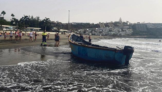Eines der Boote erreichte den Strand von San Agustín, ohne von dem Küstenüberwachungssystem bemerkt zu werden. Die Migranten flohen nach der Ankunft über den Strand. Foto: EFE